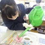 出来た液状の石鹸をジョロを使って容器に入れました。
